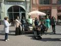 アルバート通りで軍歌を唄う人たち