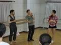 見立てをするブラーゴ先生、通訳の篠崎直也氏(左)、ディーさん