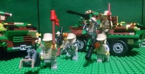 烈巣号から降車する兵士たち