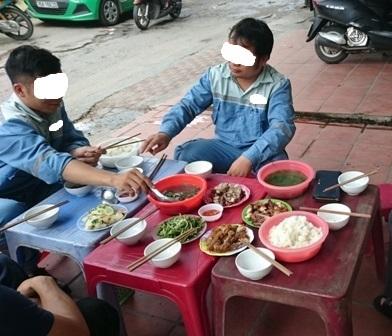 スタッフと昼食2