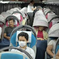 夜行バスで寝る客