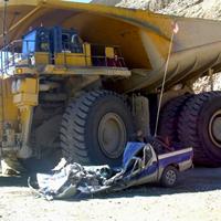 車を潰すダンプトラック
