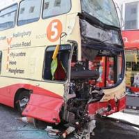 衝突後のバス