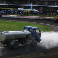 レース場の散水車