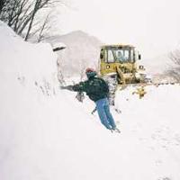 除雪車と歩行者