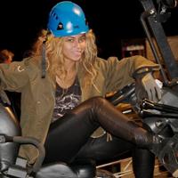 ヘルメットを被った女性
