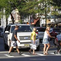 横断歩道を渡る家族