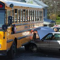 車と衝突したバス