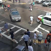 横断歩道に進入する車
