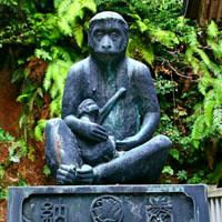 日吉神社の猿の像