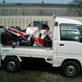 バイクを積んだ軽トラック