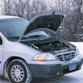 雪とエンジンルームが開いた車