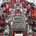 工場で製造されている車