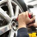 自動車のタイヤを整備