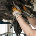 工具を使って自動車の整備