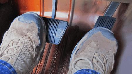 左足で踏むブレーキ