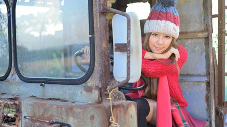 廃車と女性