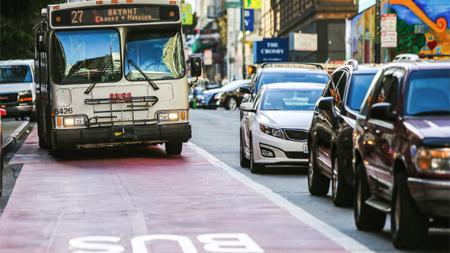 バス専用道路を走行するトラック