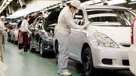 車の工場で作業する人