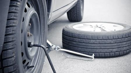 車のタイヤを取り外し