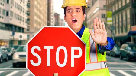 警告を促す交通指導員