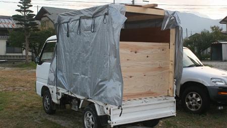 キャンパーの付いたトラック