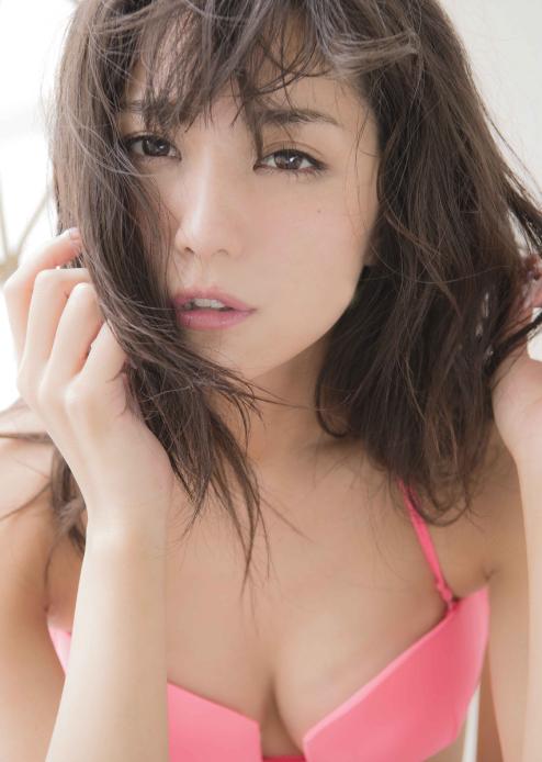 石川恋、スピリッツで美しすぎるシースルーバニー姿を披露4