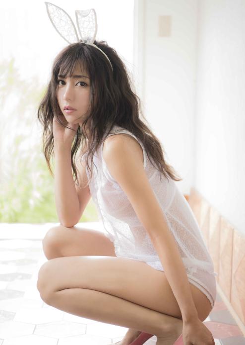石川恋、スピリッツで美しすぎるシースルーバニー姿を披露11