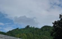 石舞台から藤本山をのぞむ
