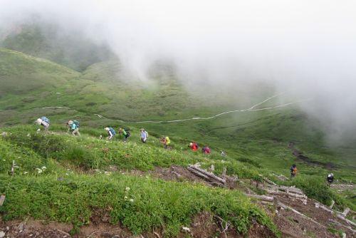 男女岳に登る