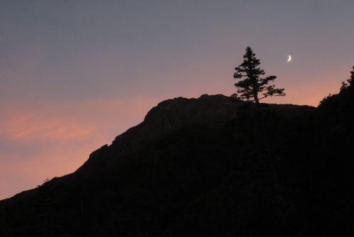 北岳の夕陽と昇る月