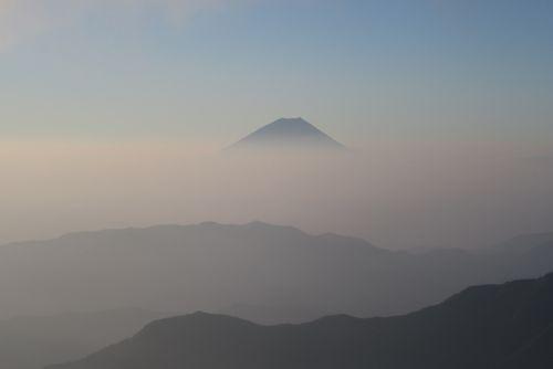 朝靄の中の富士山