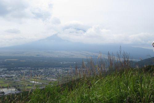 草原からかすかに富士山
