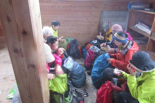 避難小屋でランチ