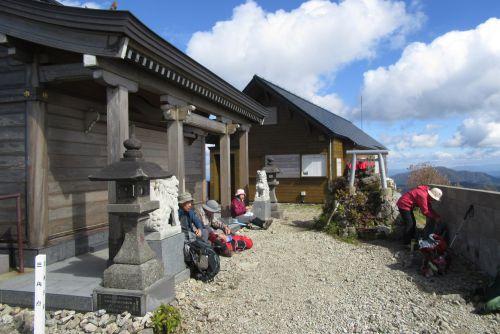 山頂の神社と避難小屋