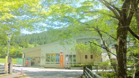 木漏れ日の郵便局