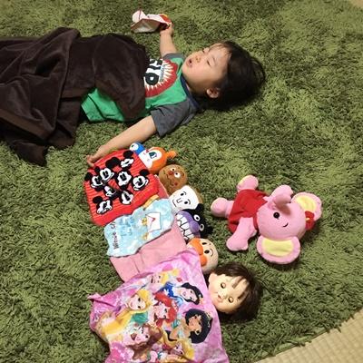 しのちゃんお人形と寝る