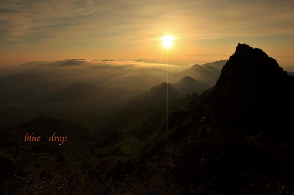 夜明けの山
