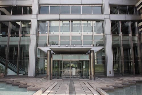0021:香川県庁舎 本館と東館をつなぐ廊下兼入口(南側)