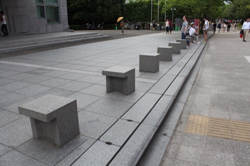 0054:京都国立近代美術館 ユニークな車止め
