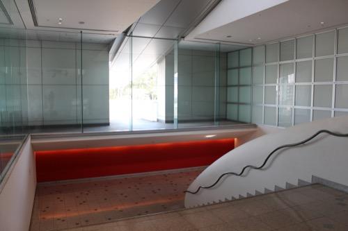 0080:和歌山県立近代美術館 踊り場と突き出し庇への扉