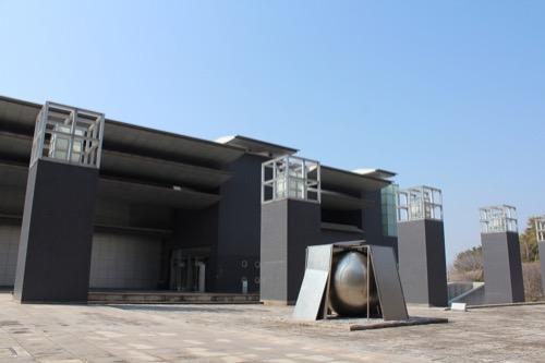 0080:和歌山県立近代美術館 噴水広場からアプローチをみる