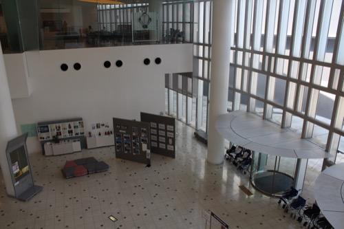0081:和歌山県立博物館 2階からエントランスをみる