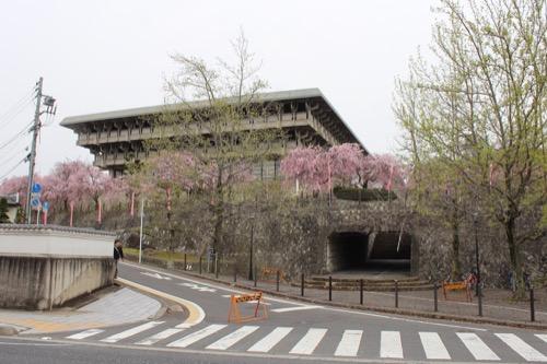 0086:津山文化センター 中心通りから文化センターを見上げる
