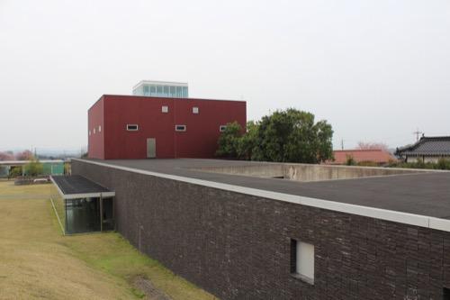 0087:奈義町現代美術館 丘の上から中庭を望む