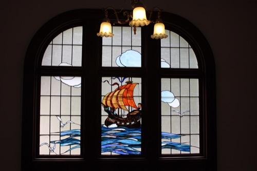0093:萬翠荘 船が描かれたステンドグラス