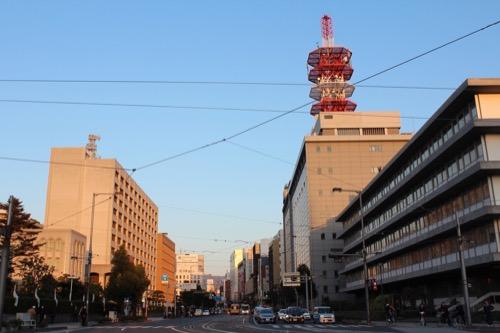 0094:愛媛県庁舎 県庁前を走る国道11号