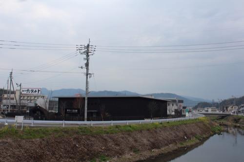 0096:伊丹十三記念館 国道から記念館を見る