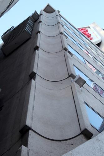 0102:きんえいアポロビル 両端部の建物カーブ