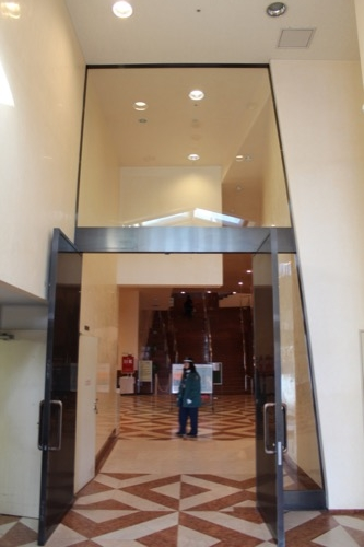 0104:大阪市立美術館 地下展示室のガラス戸